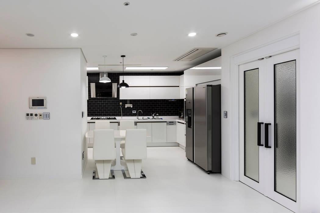 现代客厅設計點子、靈感 & 圖片 根據 dual design 現代風