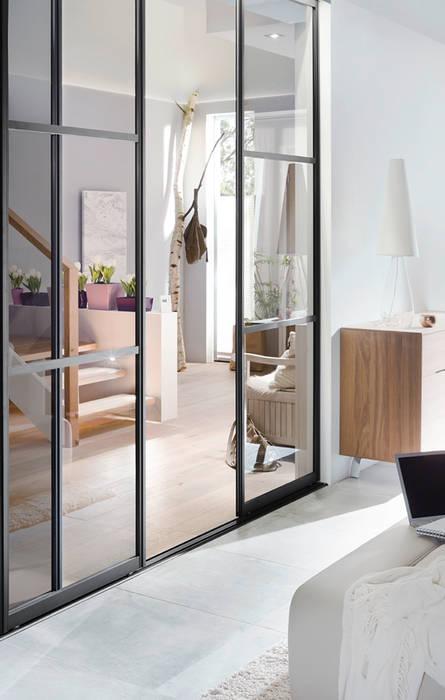 Skandynawski korytarz, przedpokój i schody od Elfa Deutschland GmbH Skandynawski Szkło