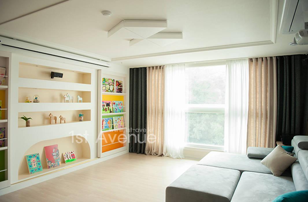 푸른 하늘을 그대로 담은 아이 다락방: 퍼스트애비뉴의  거실