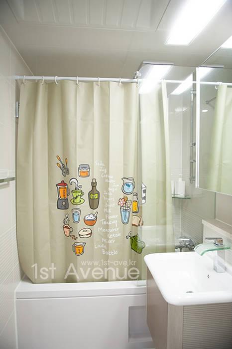 푸른 하늘을 그대로 담은 아이 다락방: 퍼스트애비뉴의  욕실,모던
