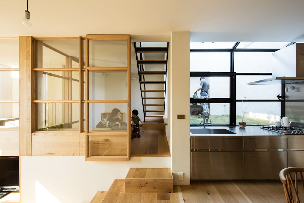 Salones de estilo moderno de Mimasis Design/ミメイシス デザイン Moderno