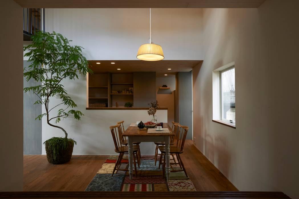 Modern dining room by Mimasis Design/ミメイシス デザイン Modern Wood Wood effect