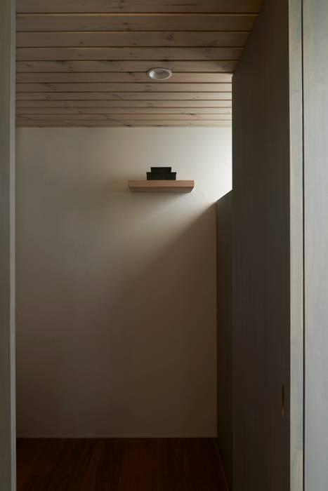 Mimasis Design/ミメイシス デザイン Ingresso, Corridoio & Scale in stile moderno Cemento Bianco