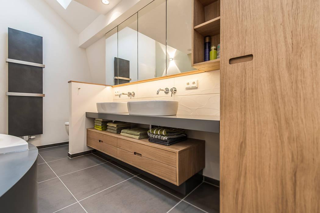 Doppel-Waschtisch und Unterschrank im Badezimmer Moderne Badezimmer von Büro Köthe Modern