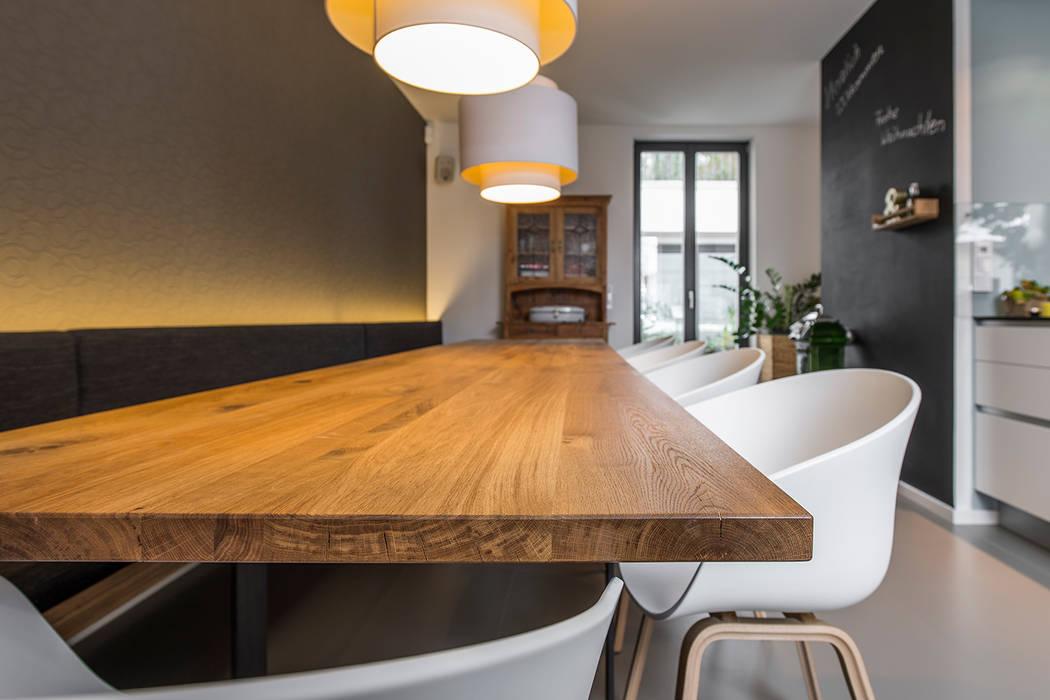holztisch esszimmer, essbereich mit langem holztisch: moderne esszimmer von büro köthe, Design ideen