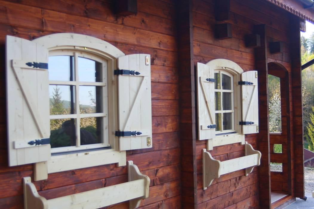 casedilegnosr tel. 3455838899 Finestre & Porte in stile scandinavo di CasediLegnoSr Scandinavo Legno Effetto legno