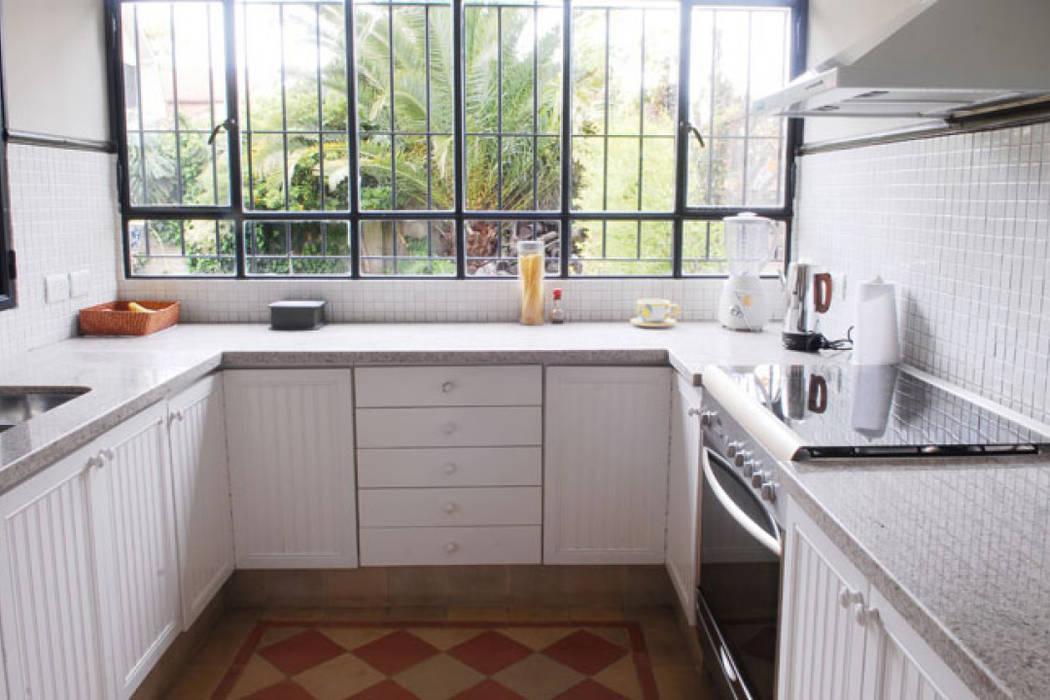 Cocina + ventanas:  Kitchen by Radrizzani Rioja Arquitectos