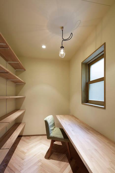 Ruang Studi/Kantor Klasik Oleh 株式会社CAPD Klasik