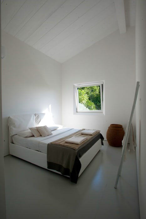 Casa in legno Alma Negra: Camera da letto in stile in stile Moderno di Progettolegno srl