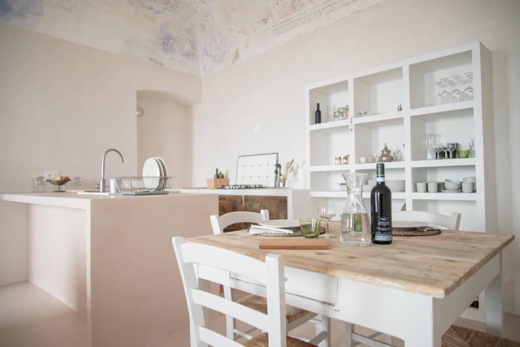 Appartamento in Liguria. la cucina: Cucina in stile in stile Mediterraneo di con3studio
