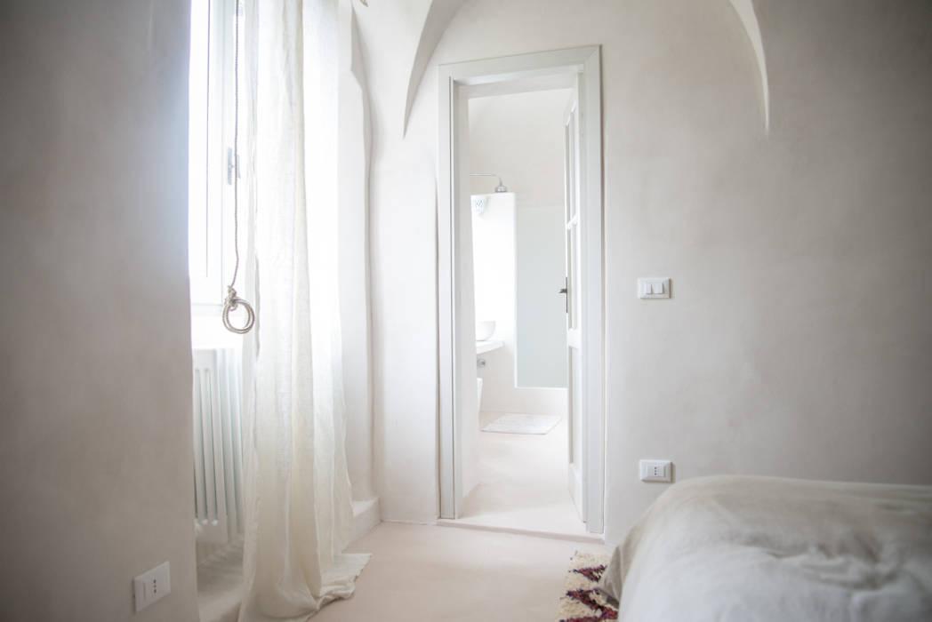 Camera da letto al mare con3studio Camera da letto in stile mediterraneo Beige