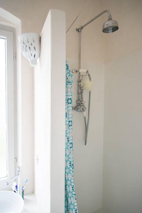 Appartamento al mare con3studio Bagno in stile mediterraneo Cemento Bianco
