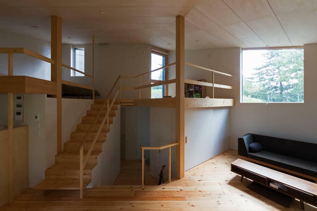居間から玄関、2階を見通す オリジナルスタイルの 玄関&廊下&階段 の キタウラ設計室 オリジナル