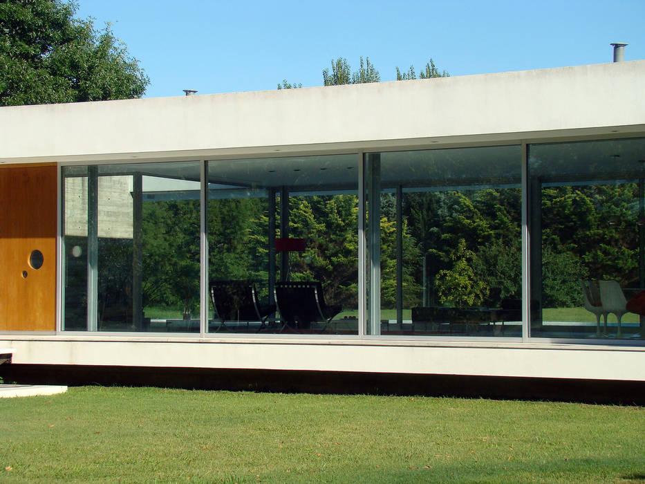 CASA EN OPEN DOOR Casas modernas: Ideas, imágenes y decoración de MENEGHETTI ARQUITECTOS Moderno