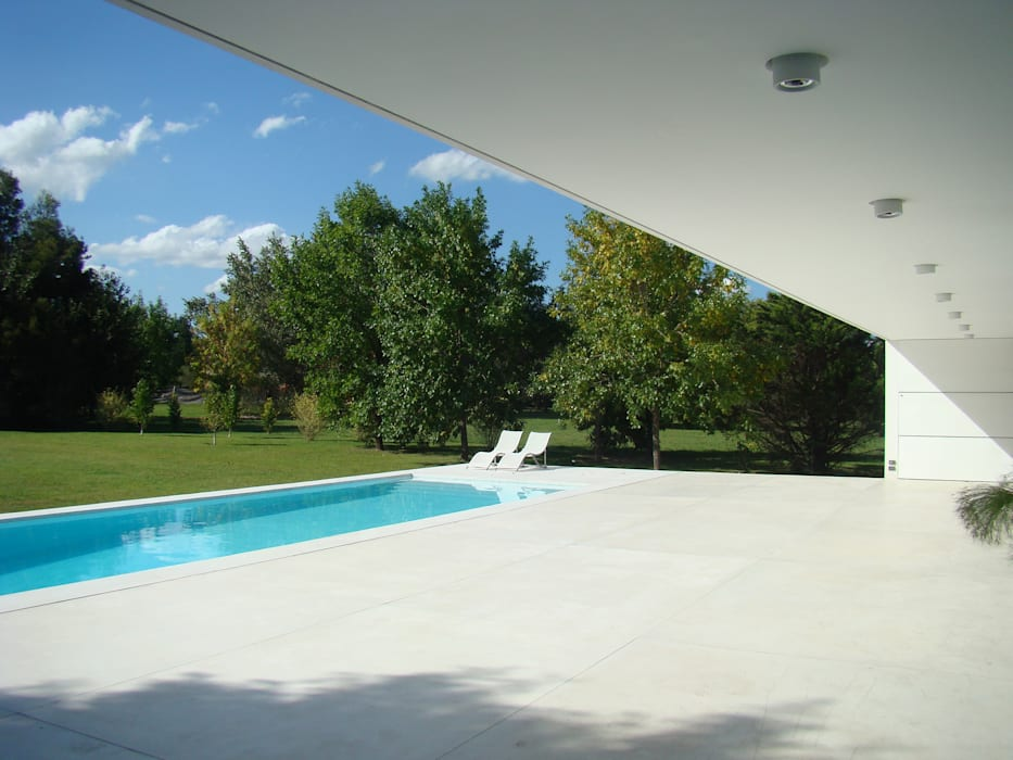 Modern pool by MENEGHETTI ARQUITECTOS Modern