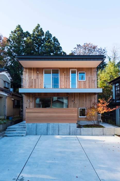 Casas de estilo ecléctico de エヌ スケッチ Ecléctico Madera Acabado en madera