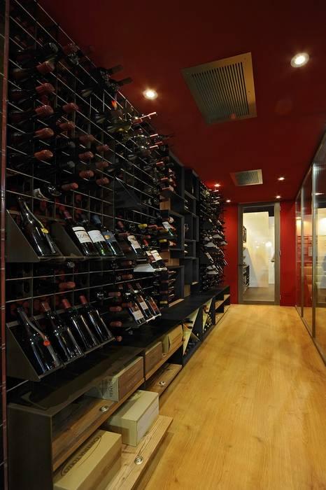Stanza per il vino Esigo: Cantina in stile in stile Moderno di Esigo SRL