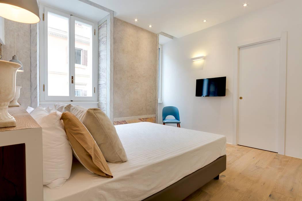 Dormitorios de estilo  por SERENA ROMANO' ARCHITETTO,