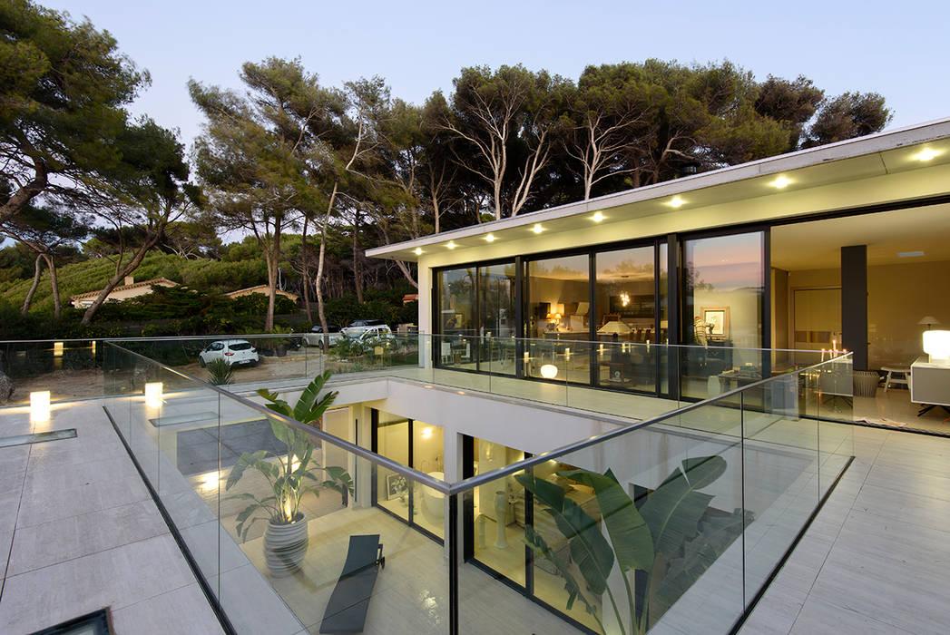 Villa GP: Terrasse de style  par frederique Legon Pyra architecte, Moderne