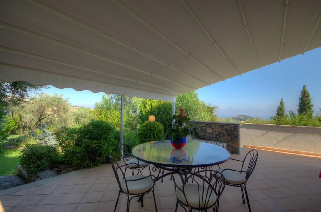 semi-detached villa: Terrazza in stile  di Emilio Rescigno - Fotografia Immobiliare