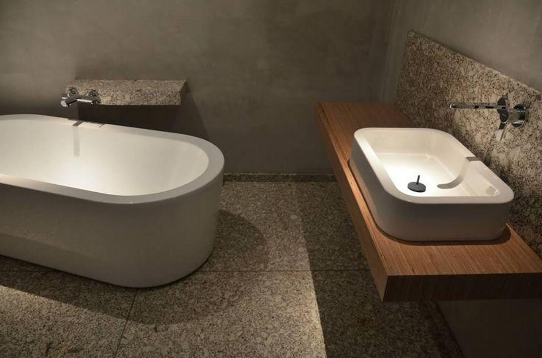 Baños de estilo moderno de Dynamic444 Moderno Granito