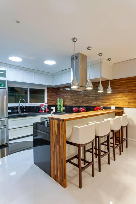 Casa Orquídea Arquiteto Aquiles Nícolas Kílaris Cozinhas modernas Madeira Efeito de madeira
