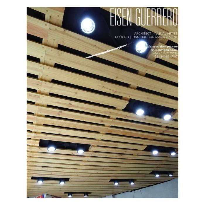 Techo Cielo raso en madera Pino con lamparas spot led, adosadas a losa de techo pintada en negro mate.: Bodegas de vino de estilo  por Eisen Arquitecto