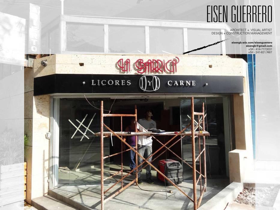 Vista de la fachada,  instalando Letras corpóreas metálicas sobre coralina y alucobond negro.: Bodegas de vino de estilo  por Eisen Arquitecto
