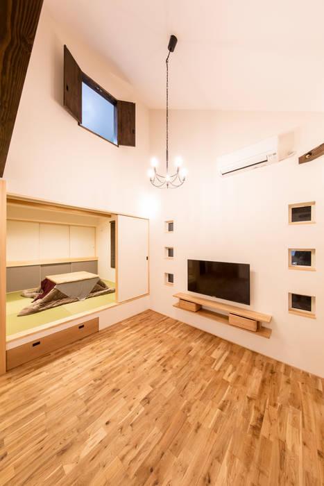 Livings modernos: Ideas, imágenes y decoración de 株式会社ルティロワ 一級建築士事務所 Moderno