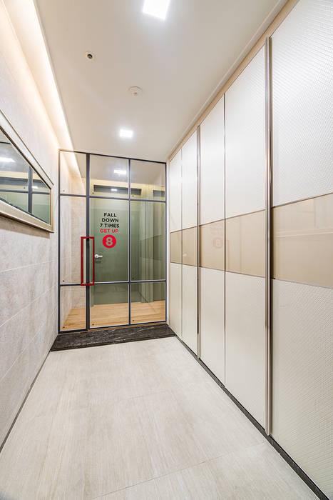 現代風玄關、走廊與階梯 根據 아르떼 인테리어 디자인 現代風