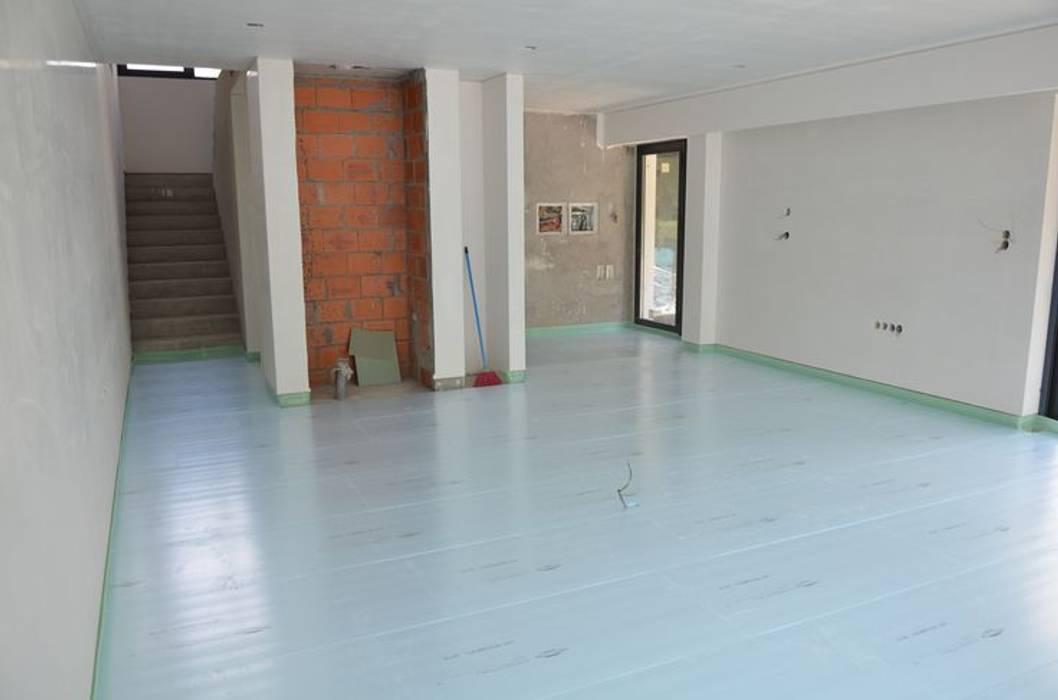 piso radiante hidráulico Paredes e pisos modernos por Dynamic444 (departamento de climatização) Moderno