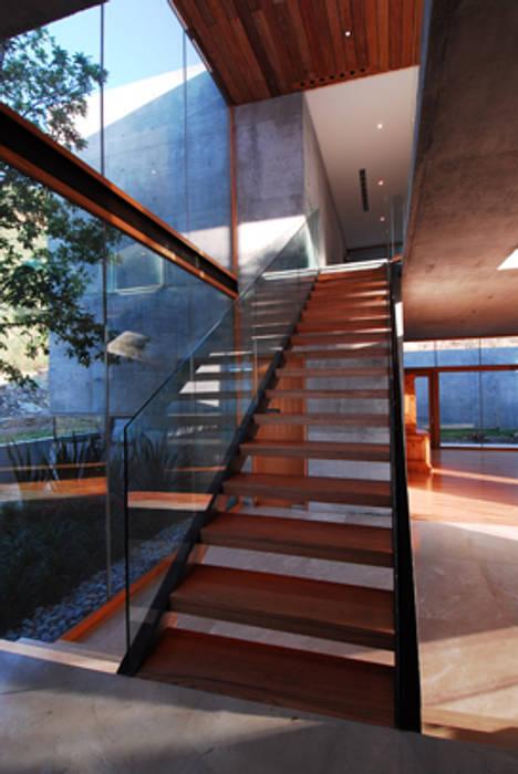 CASA B: Pasillos y recibidores de estilo  por Landa Suberville
