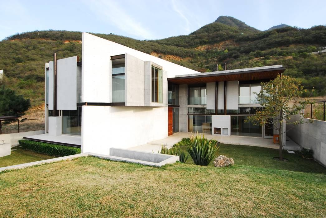 CASA B: Casas de estilo moderno por Landa Suberville