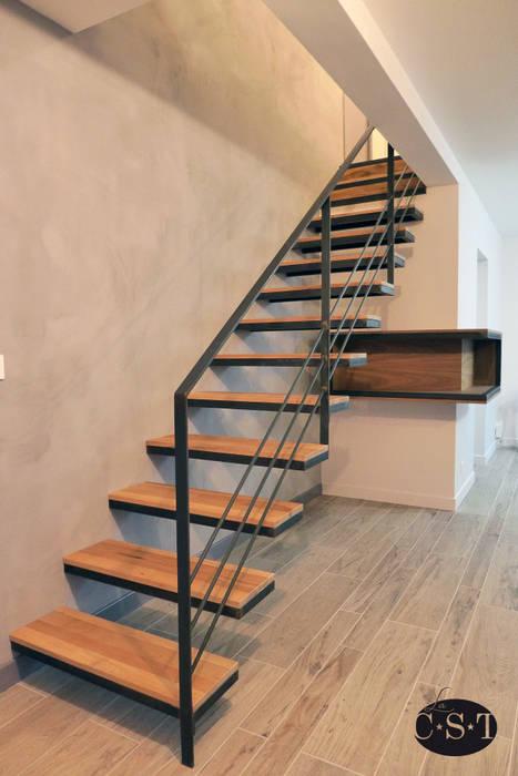 Acier et Bois: un escalier sans limon apparent et un caisson d'angle : Couloir et hall d'entrée de style  par La C.S.T