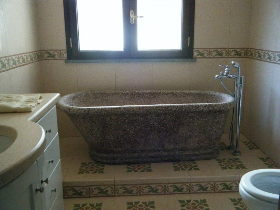 Vasche Da Bagno D Epoca : Vasca da bagno depoca rubinetto e piastrelle in ceramica sullo