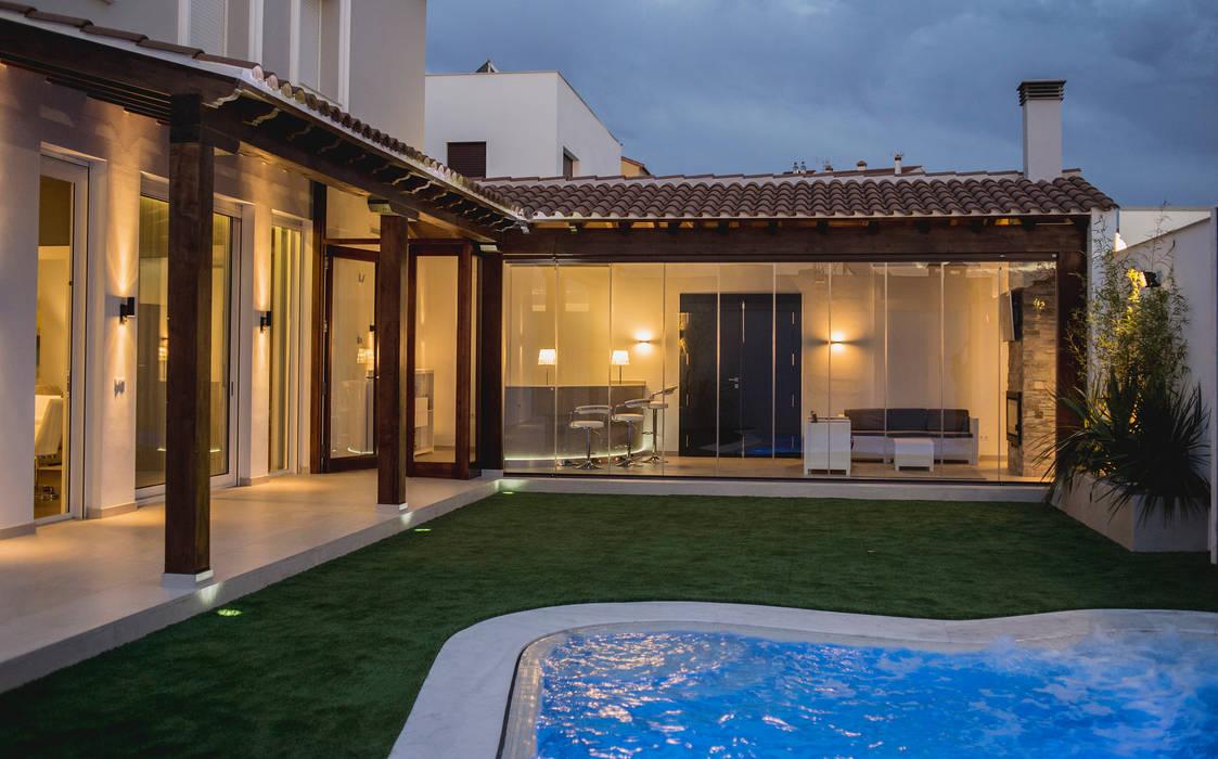 VIVIENDA PARTICULAR-1: Piscinas de estilo  de SENZA ESPACIOS, Mediterráneo