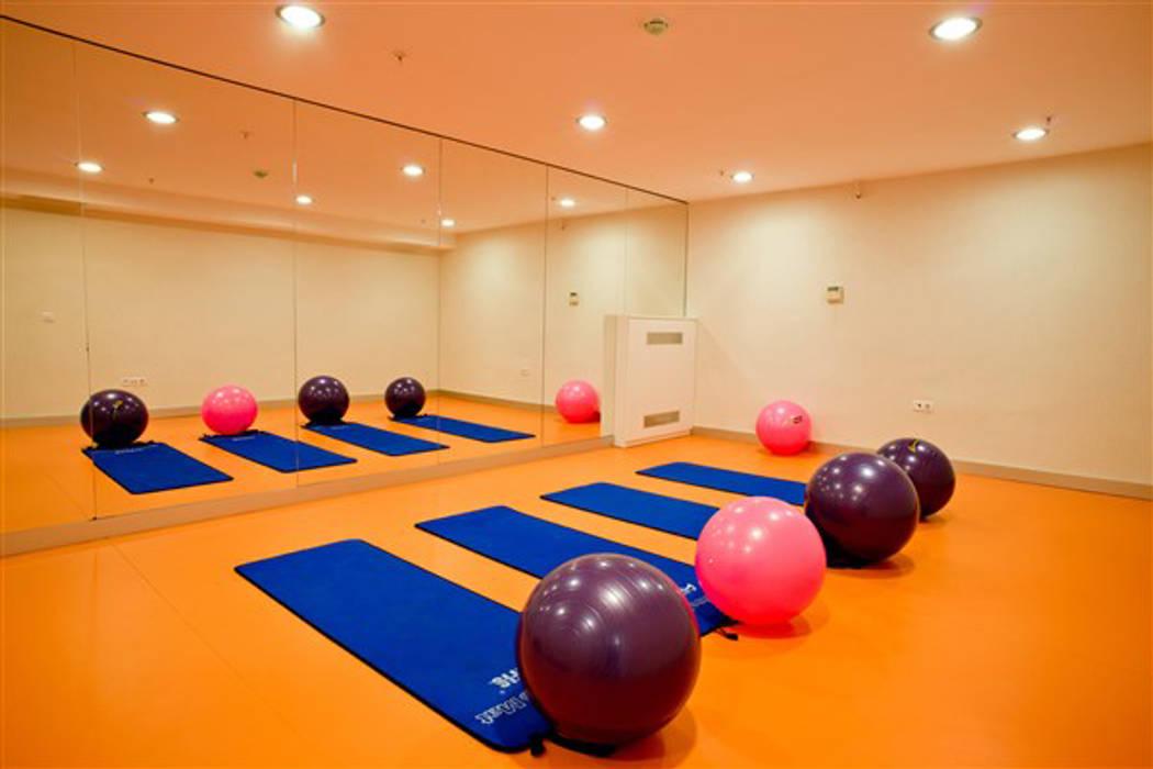 Moderner Fitnessraum von CCT INVESTMENTS Modern