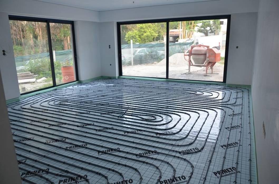 (1) Underfloor heating/ piso radiante Paredes e pisos modernos por Dynamic444 Moderno
