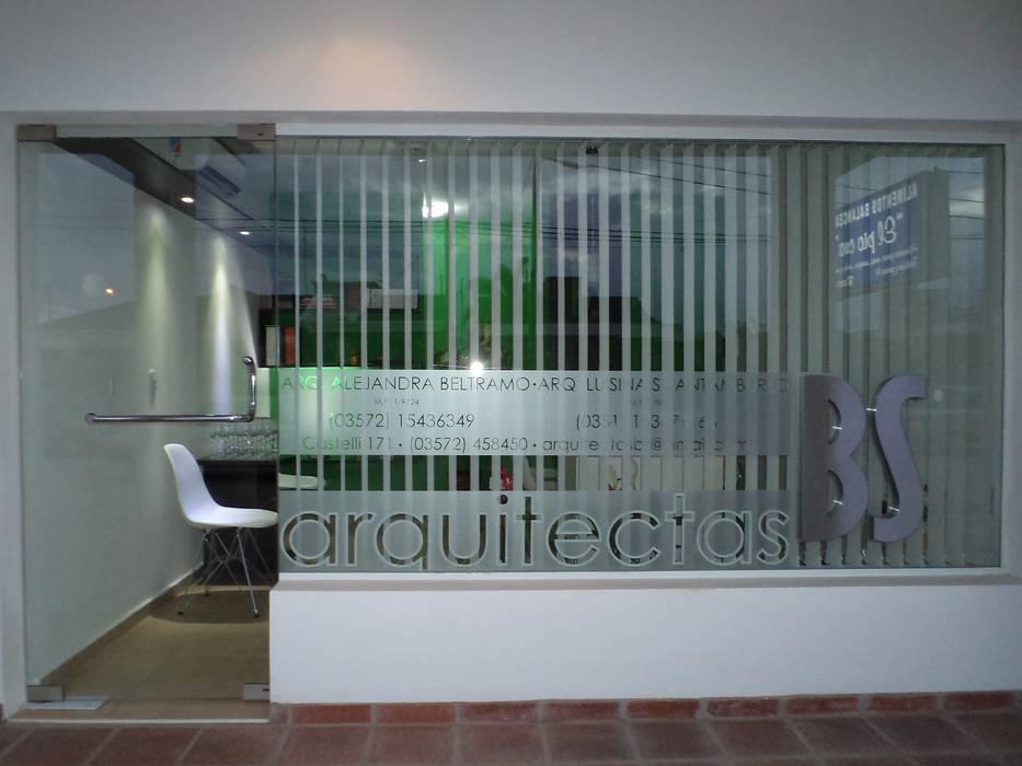 DISEÑO DE VIDRIERA ESTUDIO BS ARQUITECTAS Estudios y oficinas modernos de BS arquitectas - Beltramo + Scantamburlo Moderno