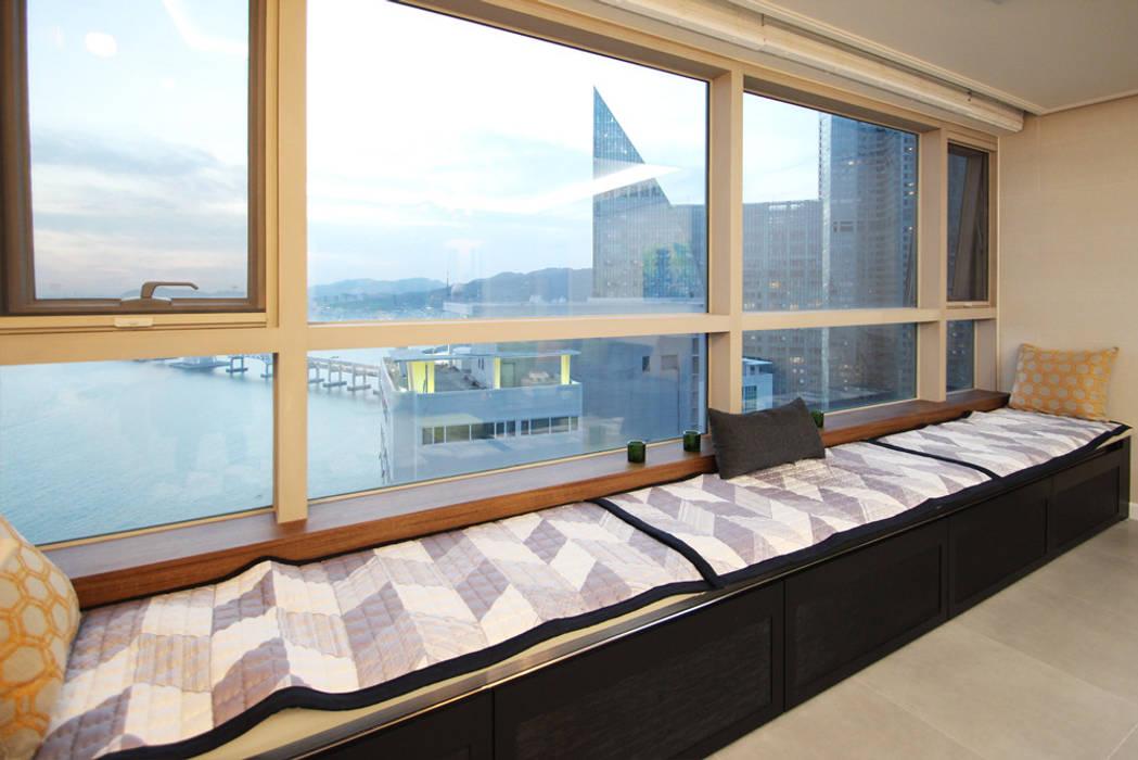 필립인테리어 Modern balcony, veranda & terrace