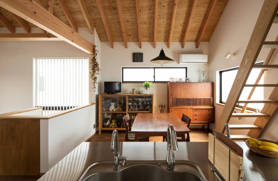 キッチンからダイニングを見る: 藤森大作建築設計事務所が手掛けたダイニングです。,モダン