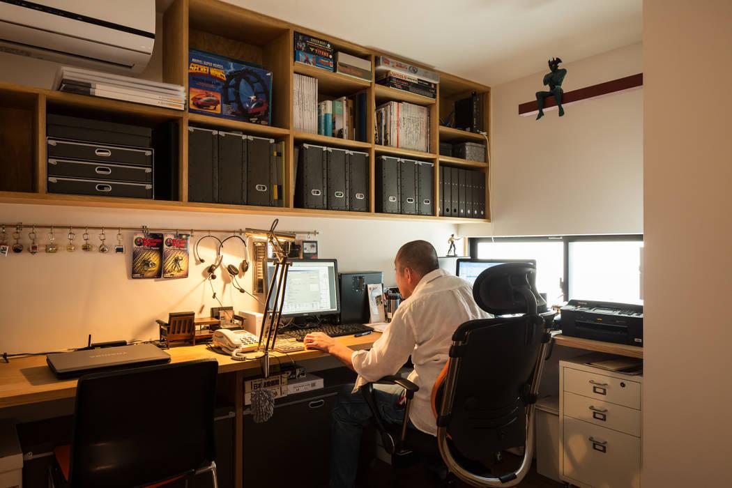 コレクションのフィギアに囲まれた楽しいホームオフィススペース モダンデザインの 書斎 の 藤森大作建築設計事務所 モダン