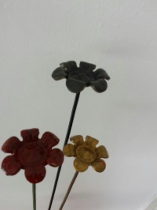 Flower Buttons.: modern Dining room by Designmint