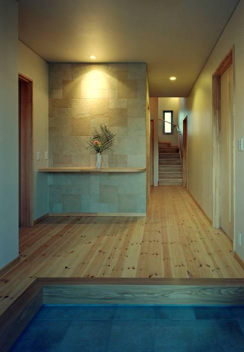 Modern corridor, hallway & stairs by 小栗建築設計室 Modern