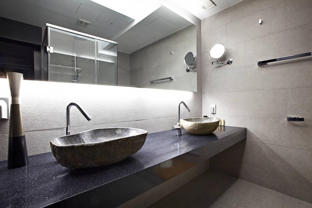 Baños de estilo moderno de housetherapy Moderno