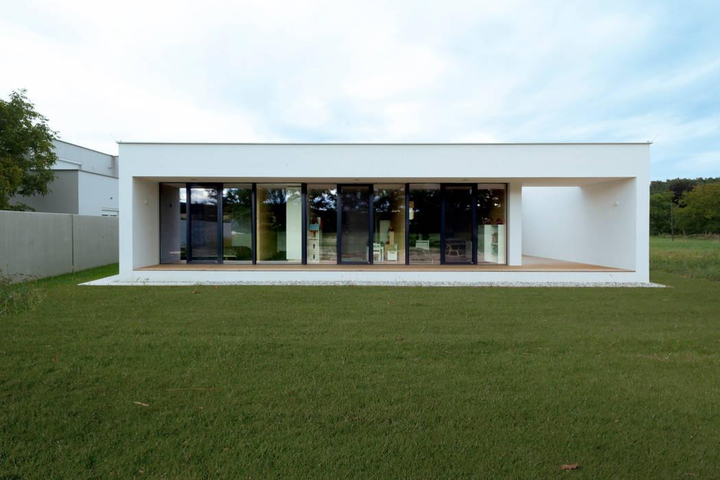 Bungalow R. in Stoob/Burgenland - Gartenansicht bei Nacht Moderne Häuser von PASCHINGER ARCHITEKTEN ZT KG Modern Massivholz Mehrfarbig