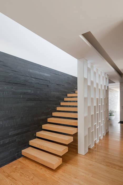 Casa Touguinhó II Corredores, halls e escadas minimalistas por homify Minimalista Madeira Acabamento em madeira