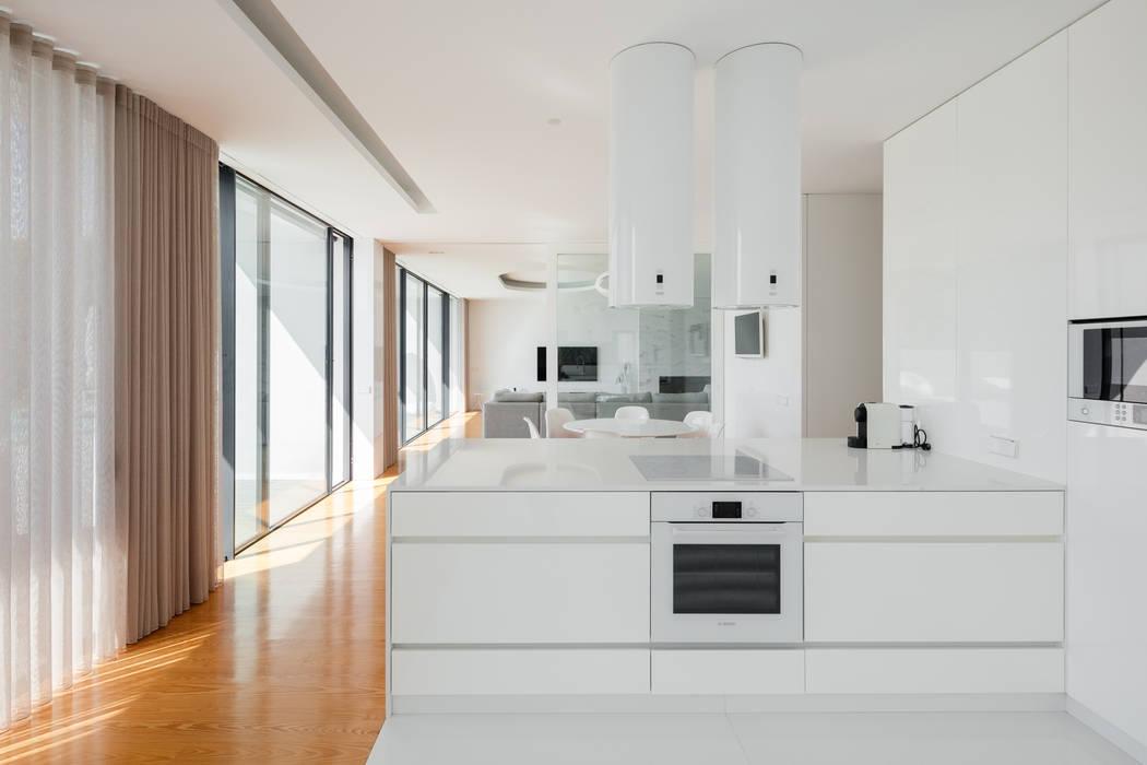 Casa Touguinhó II: Cozinhas  por Raulino Silva Arquitecto Unip. Lda,