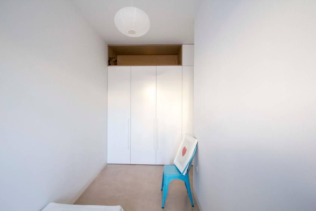 REFORMA DE VIVIENDA EN CALLE BURRIANA (VALENCIA): Dormitorios infantiles de estilo  de DonateCaballero Arquitectos, Minimalista