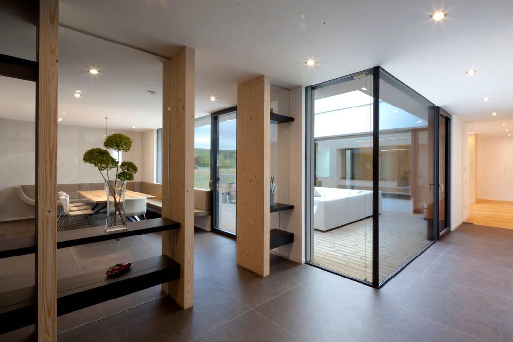 PASCHINGER ARCHITEKTEN ZT KG Pasillos, vestíbulos y escaleras de estilo moderno Vidrio Multicolor